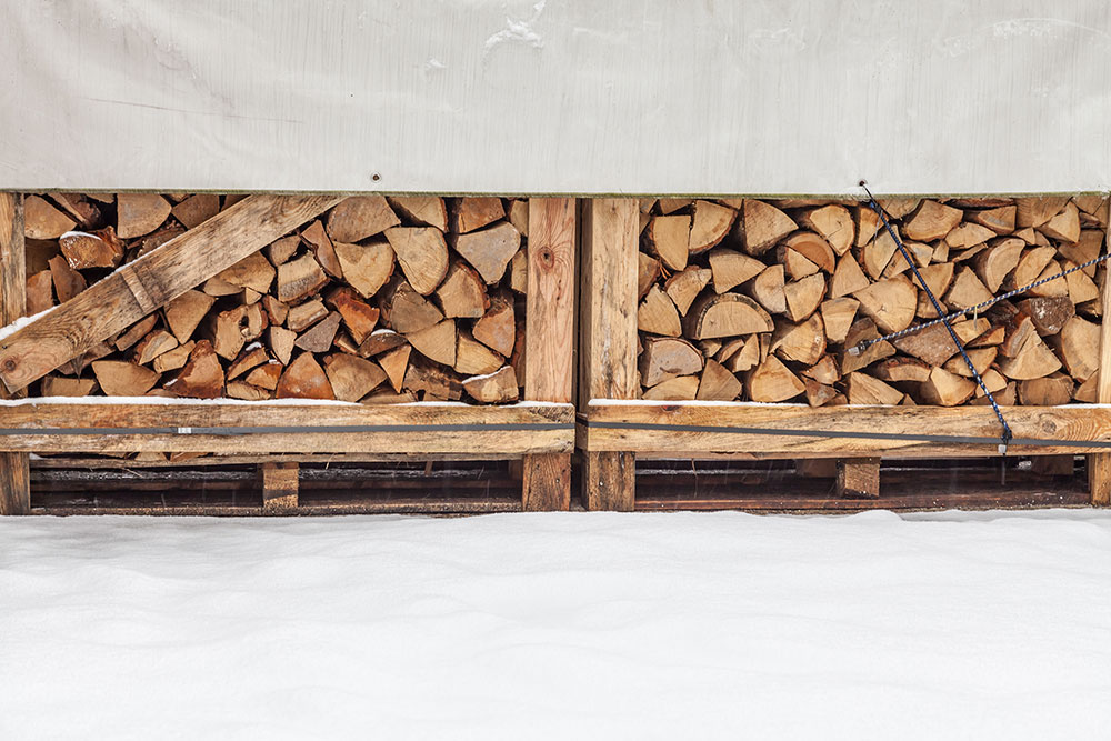 Korrekt gelagertes Brennholz im Winter