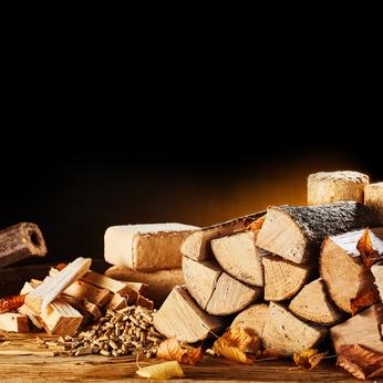 verschiedene Brennstoffe vor Kamin