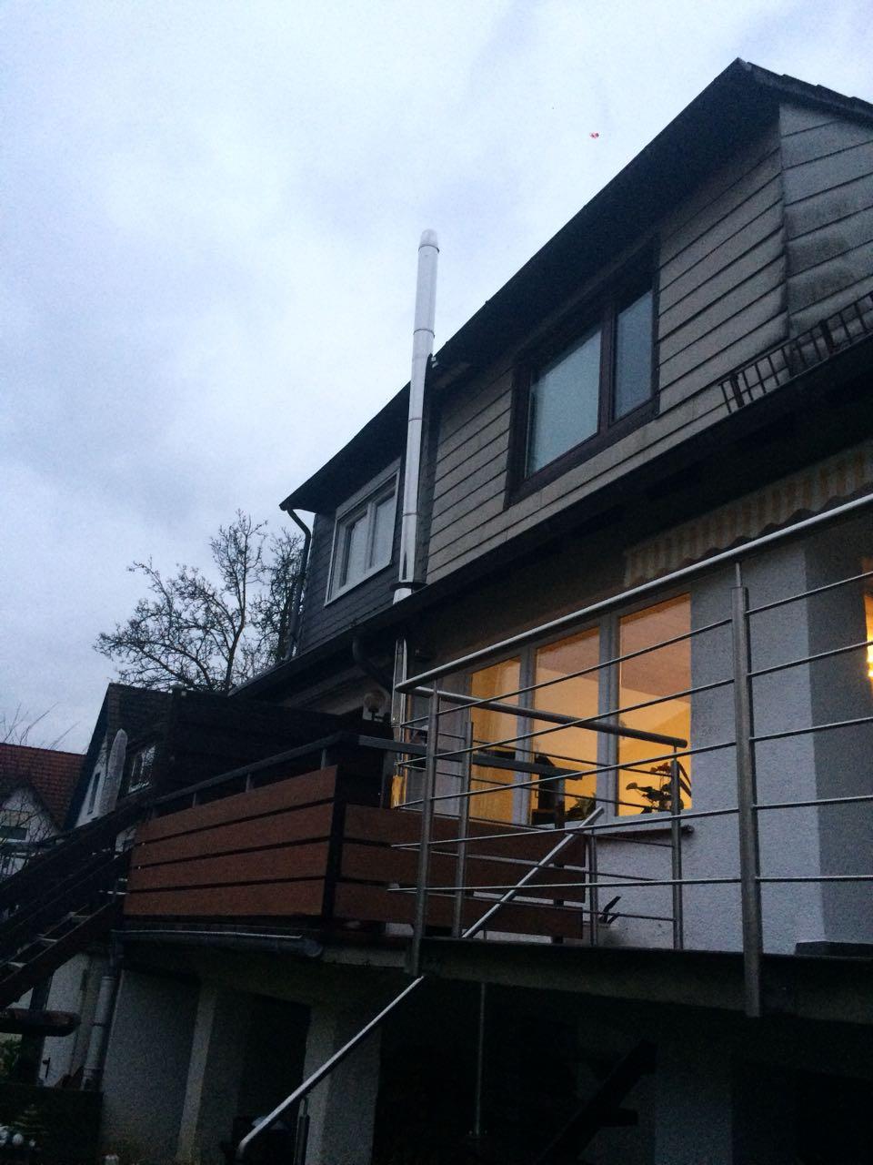 Haus mit Außenschornstein und Abgasklappe