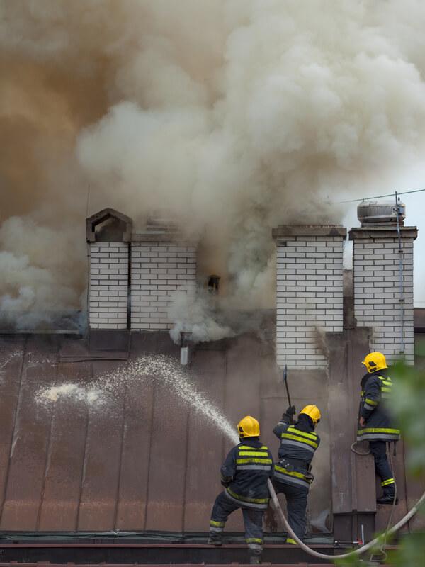 Die Feuerwehr löscht einen Schornstein Rußbrand